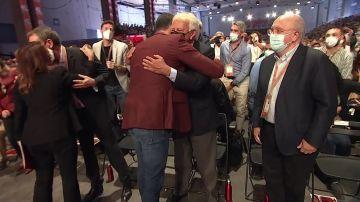 El abrazo entre Pedro Sánchez y Felipe González en el Congreso del PSOE