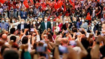 Pedro Sánchez, rodeado de la nueva Ejecutiva del PSOE