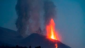 Imagen del volcán en erupción visto desde la localidad de El Paso