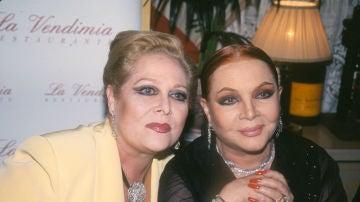 Concha Márquez Piquer junto a Sara Montiel, en una imagen de archivo