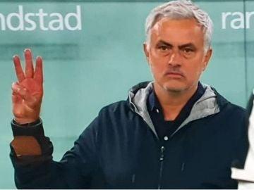 Gesto lleno de polémica de Mourinho dirigido a la afición