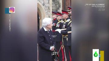 La conversación viral de la reina Isabel con un guardia real de Palacio: ¿está intentado ligar con él?