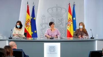 La ministra de Justicia, la portavoz del Gobierno y la ministra de Transportes en la rueda de prensa posterior al Consejo de Ministros