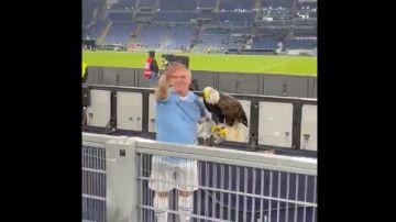 La Lazio despide al adiestrador del águila en el estadio por hacer el saludo fascista