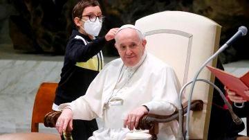 Un niño protagoniza la audiencia general del Papa al querer quitarle el solideo