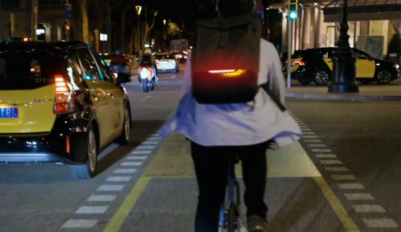 Esta mochila inteligente integra luces de freno e intermitentes para tu bici