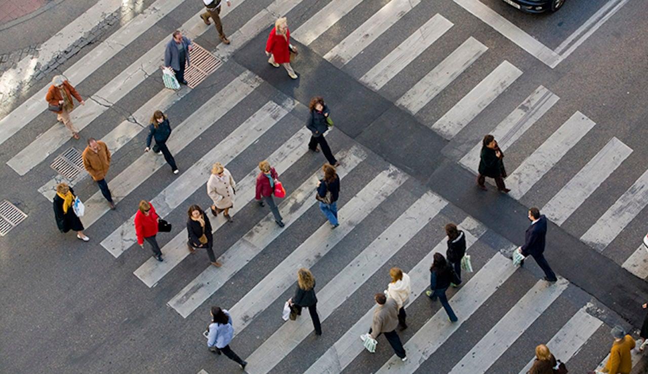 Peatones cruzando por un paso de cebra