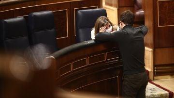 La vicepresidenta segunda, Yolanda Díaz, charla con el líder de Más País, Íñigo Errejón, en el Congreso.