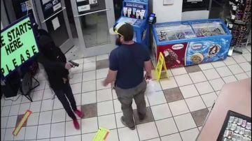 Un exmarine desarma a dos ladrones en una gasolinera y frustra un atraco en segundos