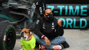 Lewis Hamilton y su perro, Roscoe