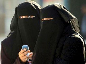 Mujeres llevando un burka negro