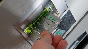 Tarjeta de crédito en cajero