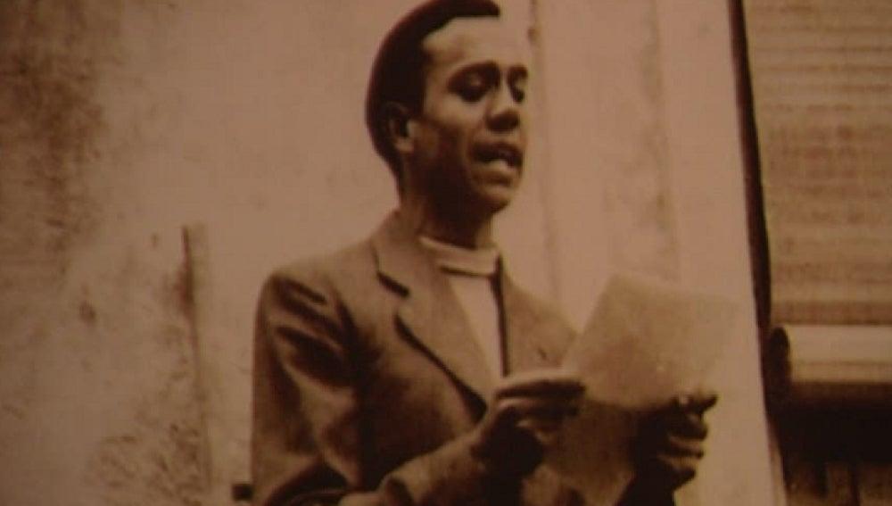 Miguel Hernández leyendo un poema.