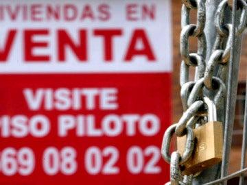 Un cartel anunciador de venta pisos cuelga de una fachada de una nueva promoción en Madrid