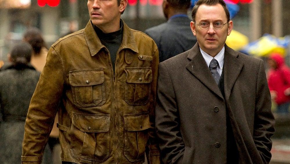 Jim Caviezel y Michael Emerson, en 'Vigilados'