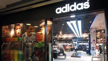 Una tienda oficial de la marca Adidas