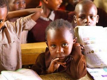Un grupo de niños keniatas asisten a clase
