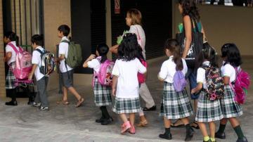 Niños acuden al colegio en Barcelona