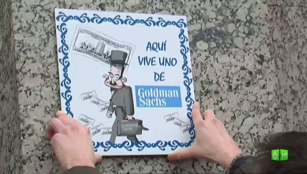 Imagen Jordi cuelga un cartel en la escondida sede de Goldman Sachs en España