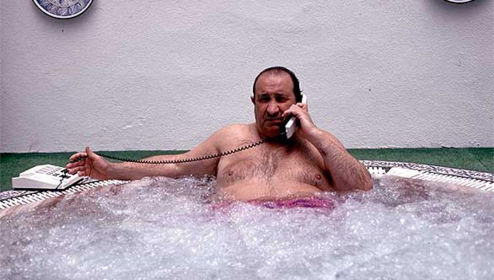Habla por teléfono.