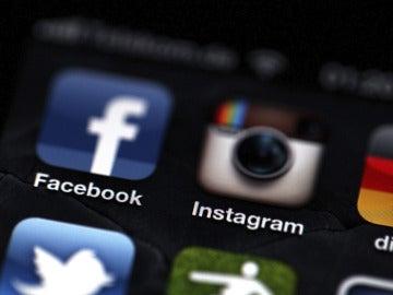 Logos de Facebook e Instagram en un teléfono Iphone