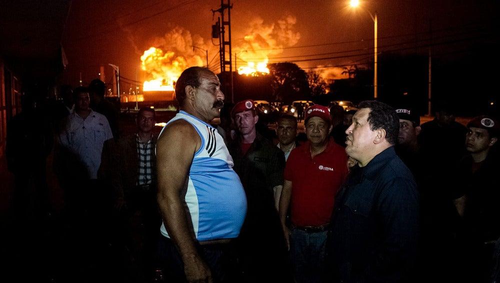 Hugo Chávez visita la zona del accidente