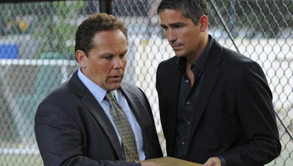 John ayuda al detective Fusco con un caso