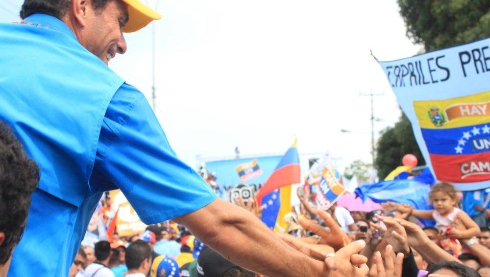Henrique Capriles saluda a sus seguidores en Puerto Ayacucho (Venezuela).