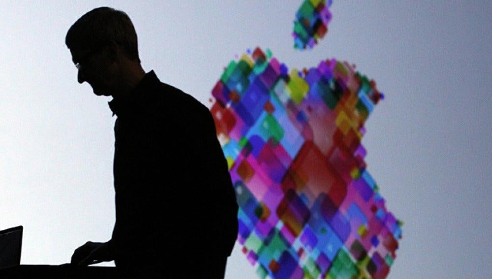 Tim Cook teclea durante la presentación de Apple