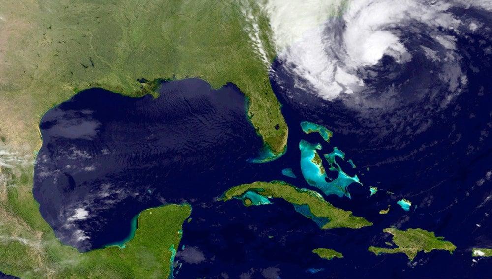 """""""Sandy"""" podría tocar tierra en el noreste de EE.UU. en la madrugada del martes."""