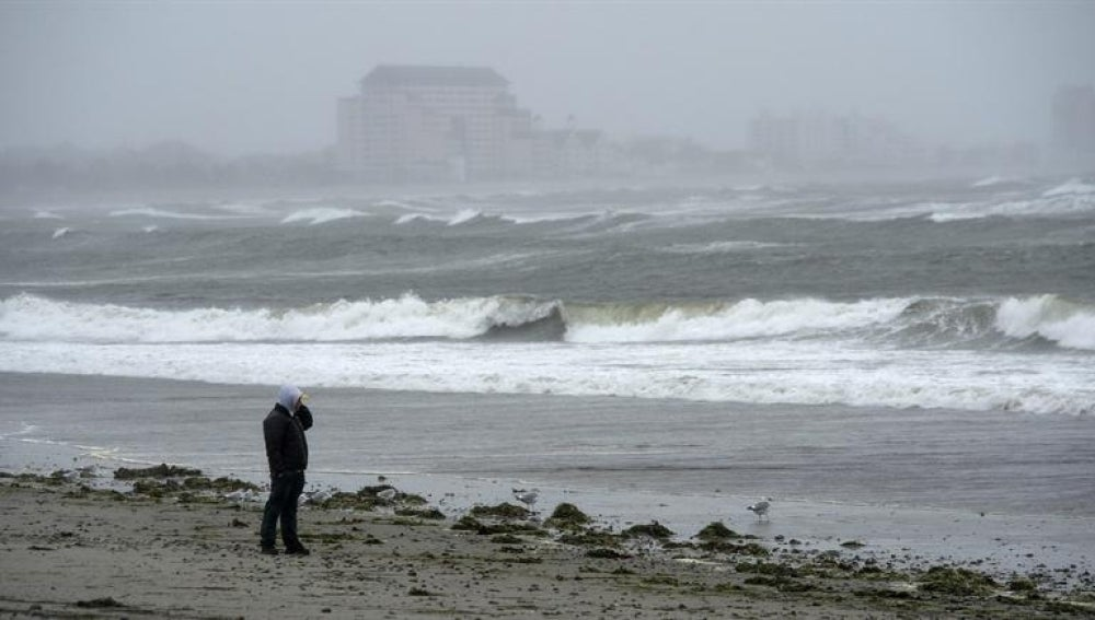 """Un hombre pasea solitario por la playa Revere horas antes de la llegada estimada del huracán """"Sandy"""", en Chatham, Massachusetts."""