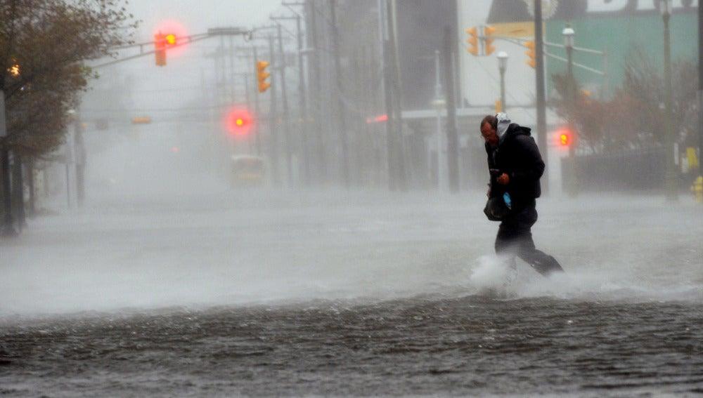 Un mar de olas inunda las calles