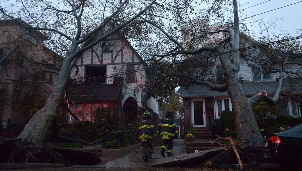 Los bomberos revisan dos casas dañadas