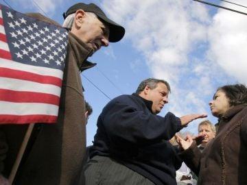 El gobernador de Nueva Jersey, Chris Christie, con varios ciudadanos