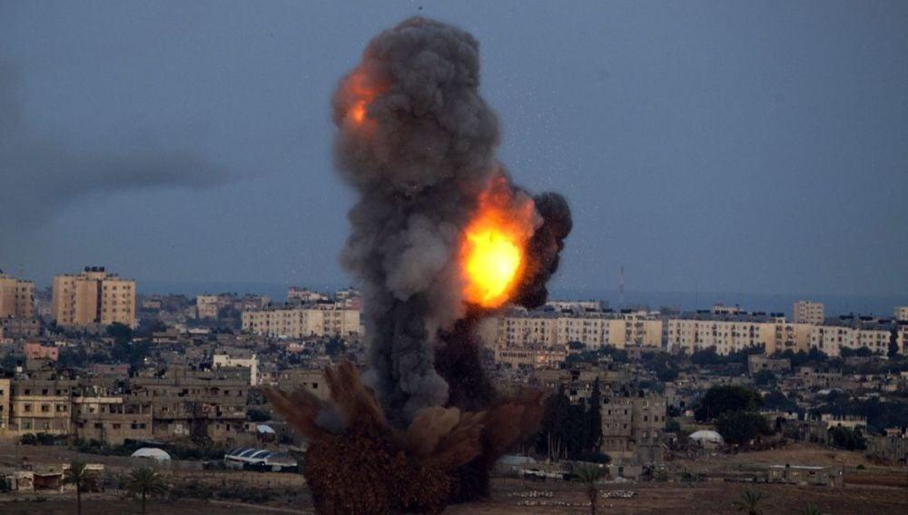 Instante de un ataque aéreo israelí sobre Gaza