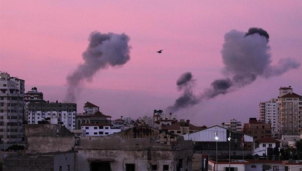 Columnas de humo se elevan en el centro de Gaza