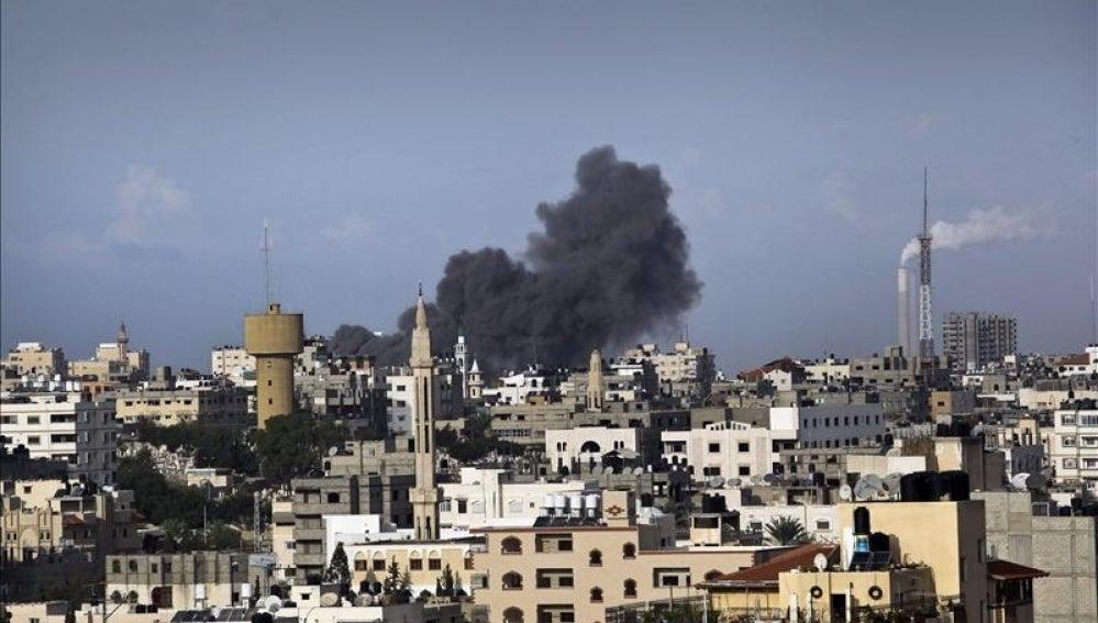 Una columna de humo en Gaza tras los bombardeos de Israel.