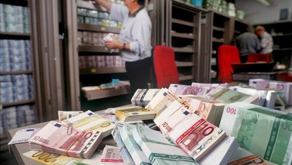 Billetes de euro en un banco.