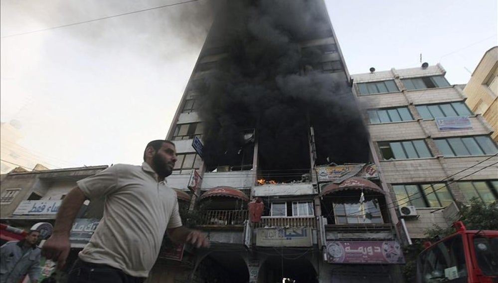Una humareda se eleva de un edificio bombardeado por un ataque aéreo israelí en la Ciudad de Gaza.