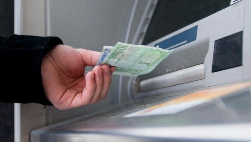 Un hombre saca euros de un cajero automático