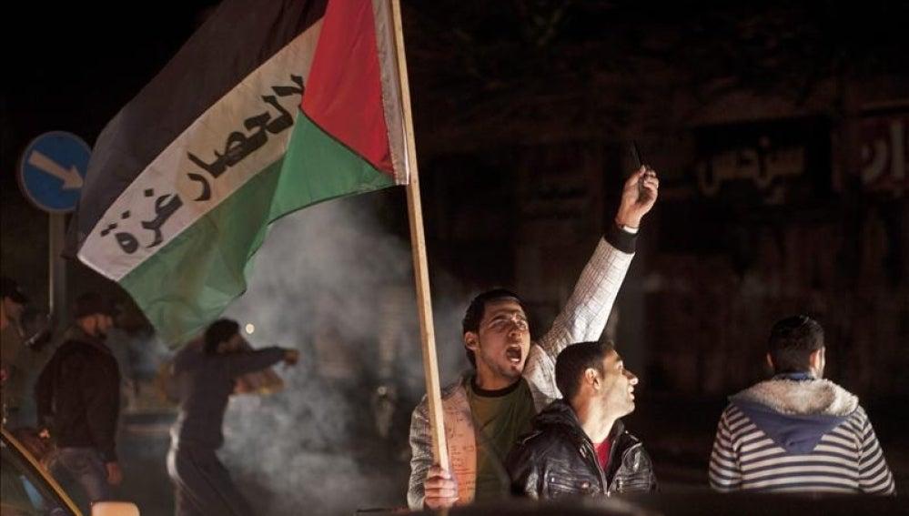 Palestinos celebran en Gaza la tregua acordada acordada con Israel.