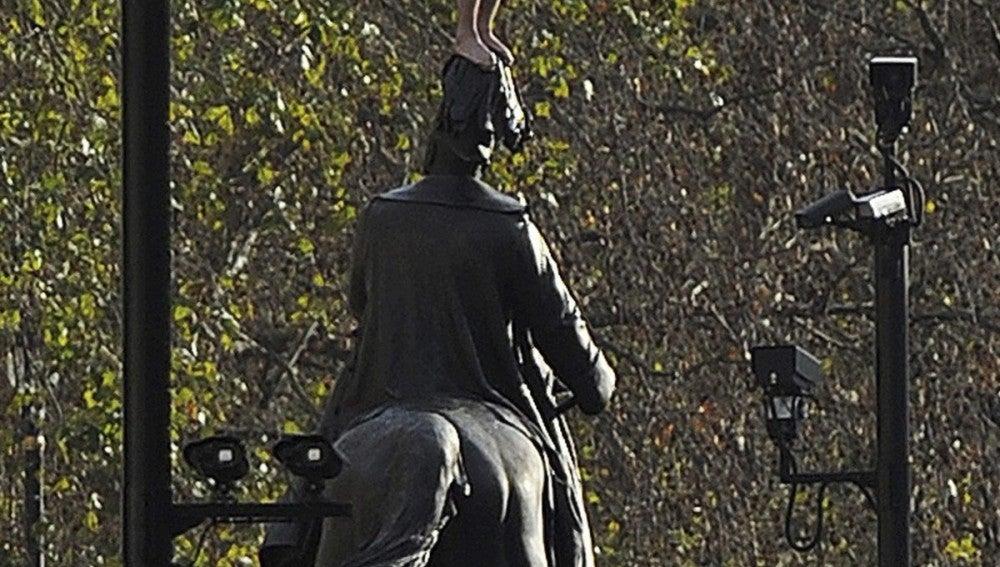 Un hombre desnudo se sube a la estatua del Duque de Cambridge en Whitehall.