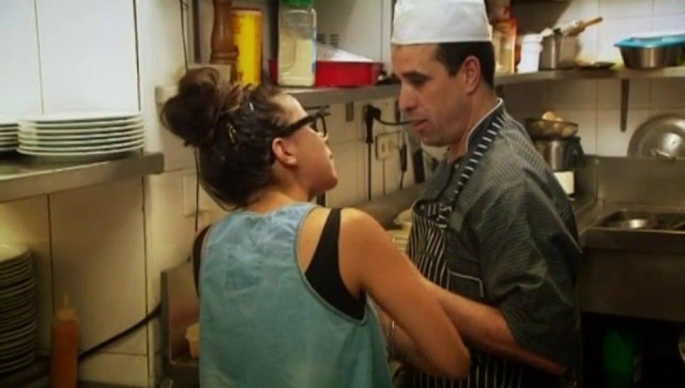 Dos trabajadores del restaurante discuten en la cocina