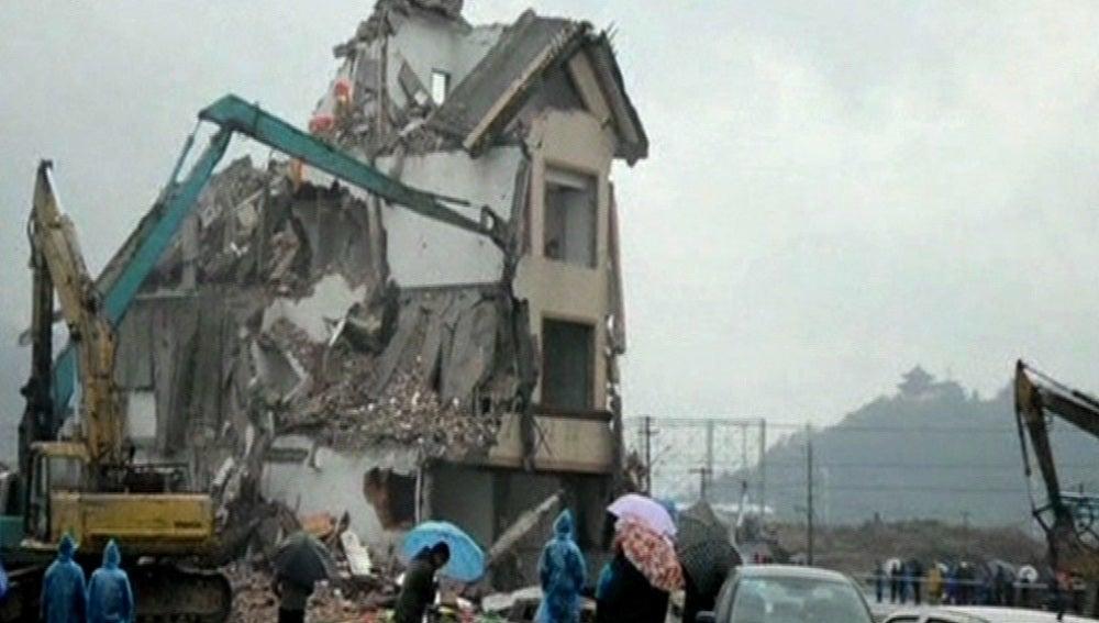 Derrumbe del edificio en mitad de una autopista china