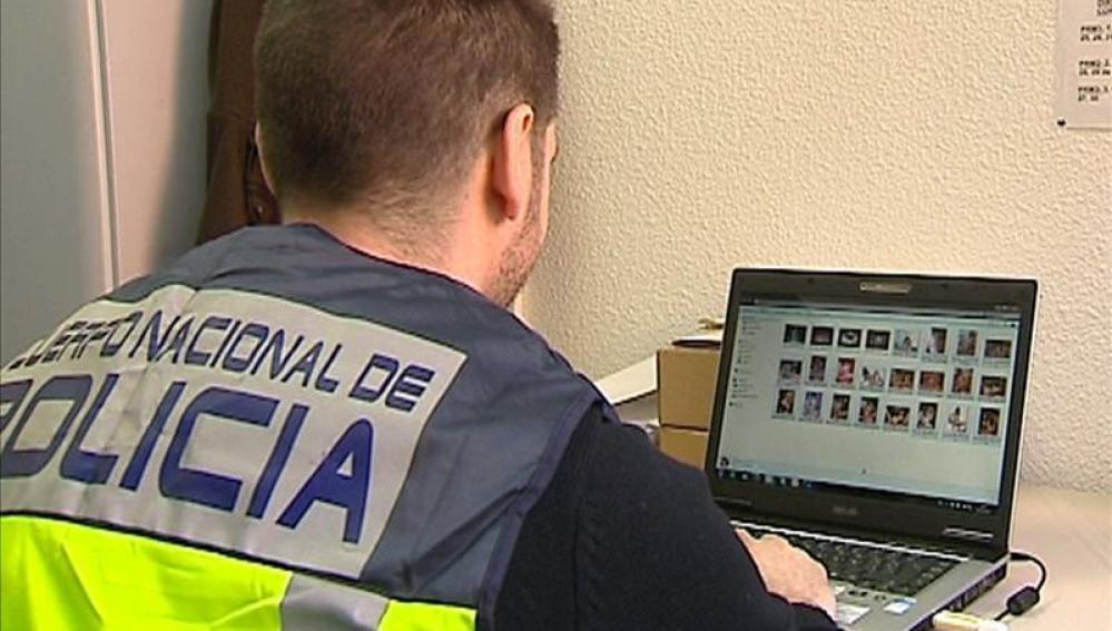 Un policía comprueba archivos en un ordenador
