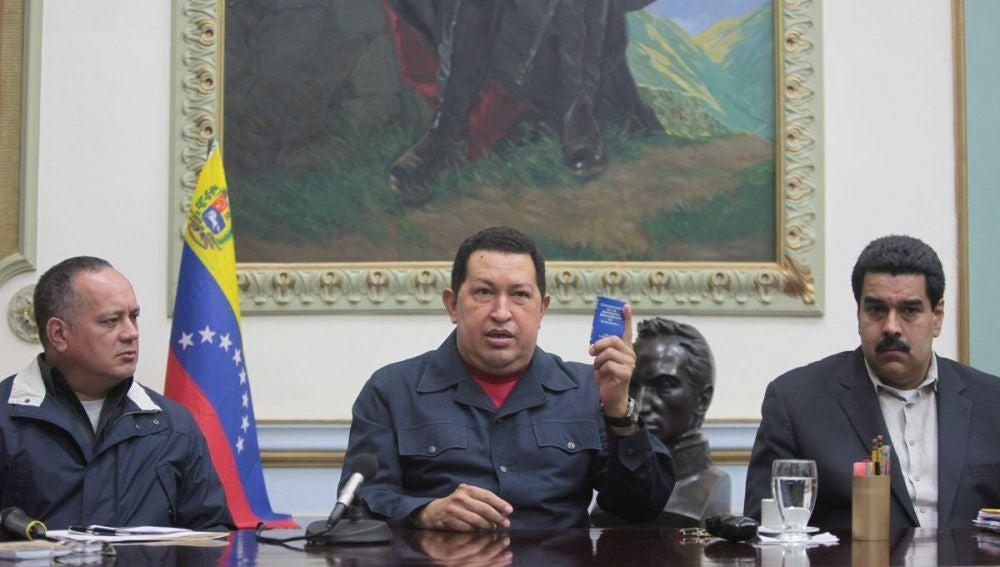 Hugo Chávez antes de ser intervenido, junto a Nicolás Maduro