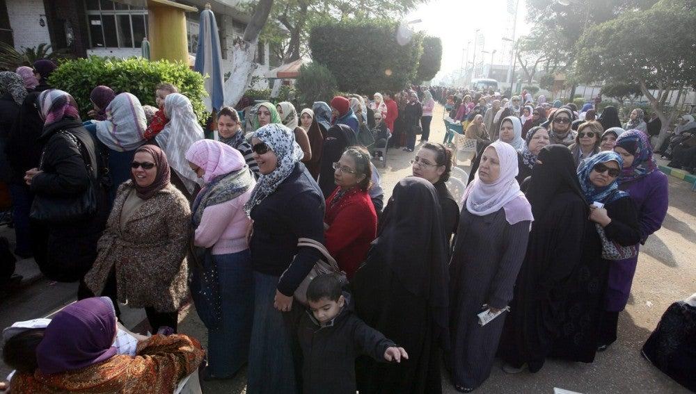 Cola a las puertas de un colegio electoral en El Cairo