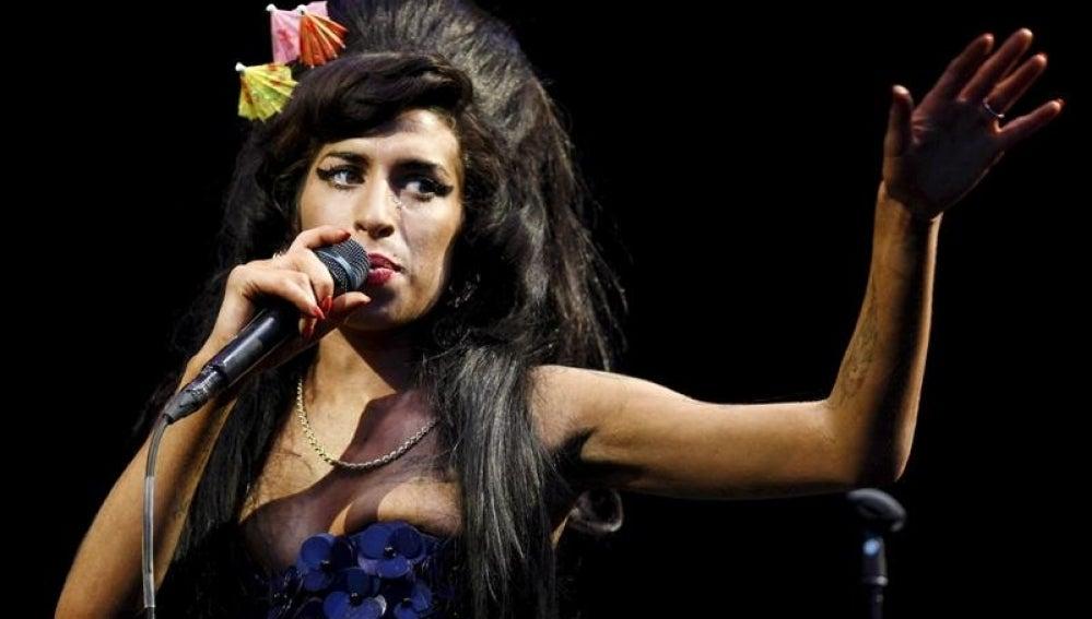 Amy Winehouse durante una actuación.