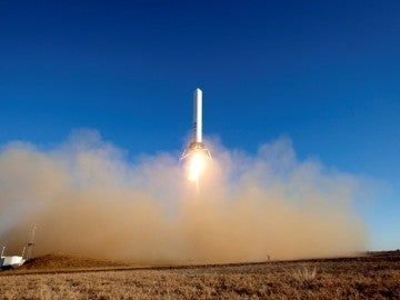 "SpaceX ensaya un cohete ""reutilizable"" que aterriza en forma vertical"