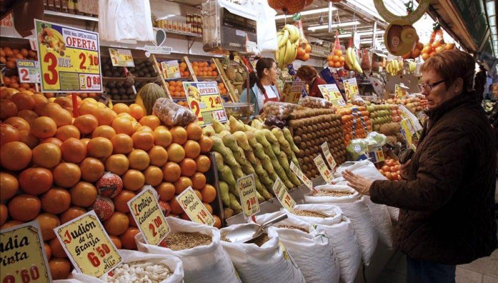 Una mujer compra en un mercado de Madrid.